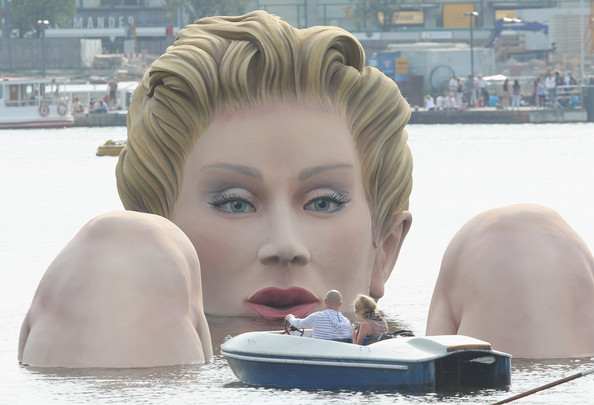 Sculpture+Giant+Bather+Presented+Hamburg+BylXReXcMril