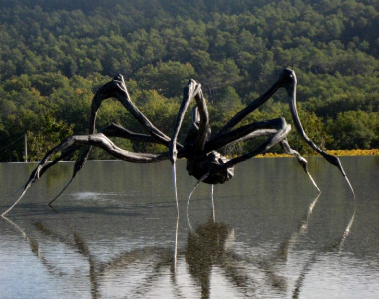 imensul_scrouching_spider_semnat_de_louise_bourgeois